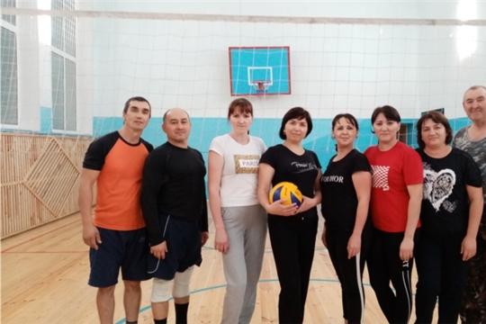 Любители волейбола собираются в спортзале