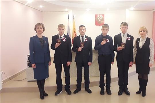 В День Конституции в отделе ЗАГС администрации Яльчикского района вручили паспорта молодым россиянам