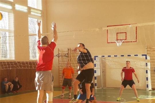 Огнеборцы-спортсмены на соревнованиях по волейболу за