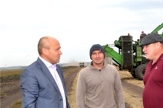 Р.Селиванов ознакомился с уборкой картофеля в ЗАО «Батыревский»