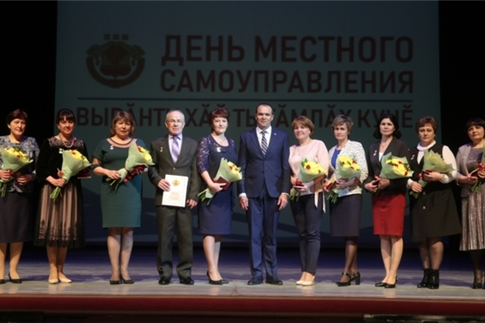 Михаил Игнатьев поздравил муниципальных служащих с профессиональным праздником