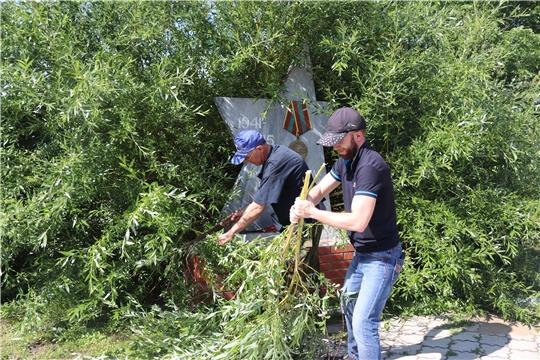 В преддверии Дня России сотрудники алатырской администрации провели субботник в парке Ветеранов