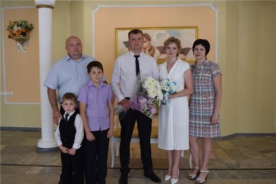 Торжественные регистрации бракосочетания в отделе ЗАГС города Алатыря были посвящены Дню Республики