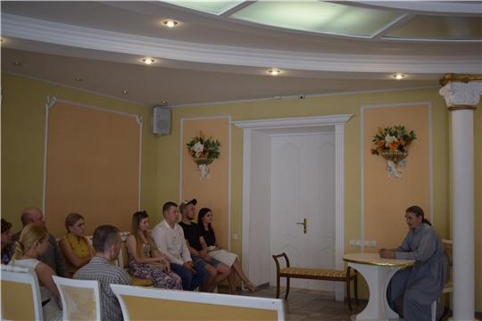 Очередные беседы с молодыми парами, готовящимися вступить в брак, прошли в «молодёжной гостиной» отдела ЗАГС города Алатыря