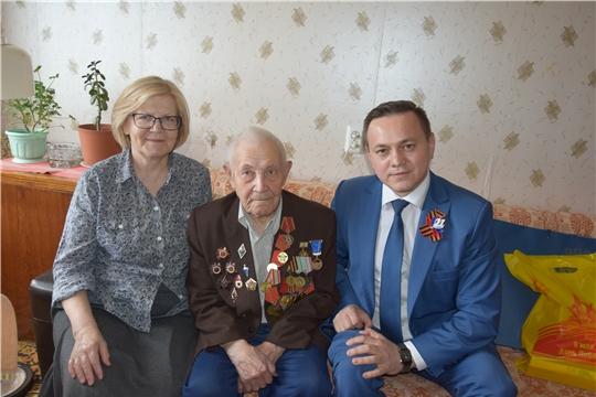 Депутат ЧГСД Дмитрий Никоноров вручил Ипатию Ильину юбилейную медаль «В память о 550-летии города Чебоксары»