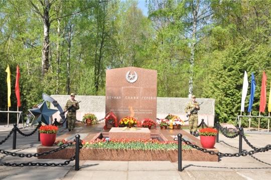 В Чебоксарах состоялась церемония возложения цветов к Братской могиле воинов, умерших от ран в госпиталях