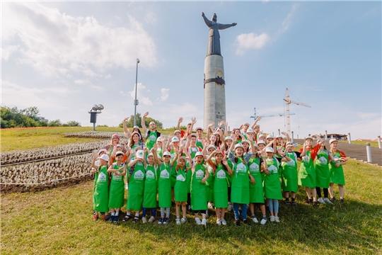 Звездный десант Первого канала вместе с юными чебоксарцами высадили клумбу с цифрой 1 у Монумента Матери