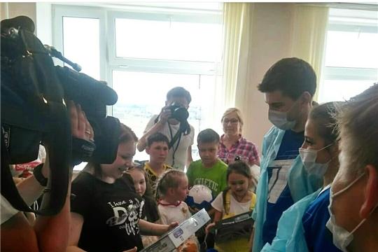 В реабилитационном центре для детей телеведущие Первого канала подарили ребятам яркие эмоции