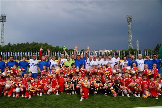 Чебоксарские дошколята сыграли в футбол со звездным десантом Первого канала