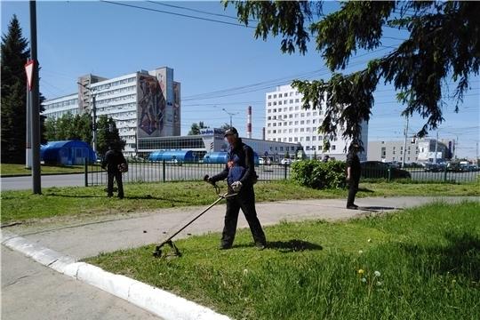 В Московском районе г. Чебоксары приступили ко второму этапу покоса травы