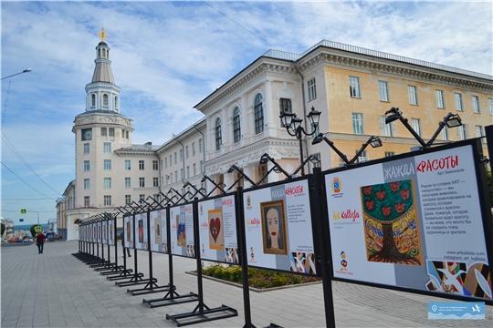 В центре Чебоксар весь август работает выставка под открытым небом