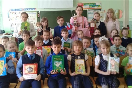 Сотрудники библиотеки семейного чтения показали театрализованную постановку сказки «Асамлă Груша» первоклассникам