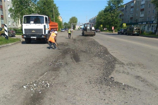 В г. Канаш продолжаются работы по ямочному ремонту автомобильных дорог и покосу травы