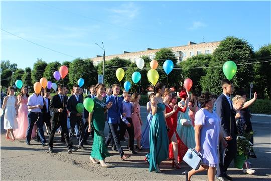 В Канаше состоялось шествие выпускников школ города