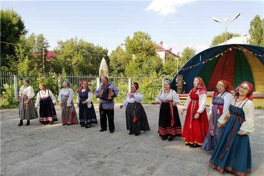 Народный фольклорный ансамбль из деревни Чучулино Новгородской области выступил перед жителями и гостями города Канаш