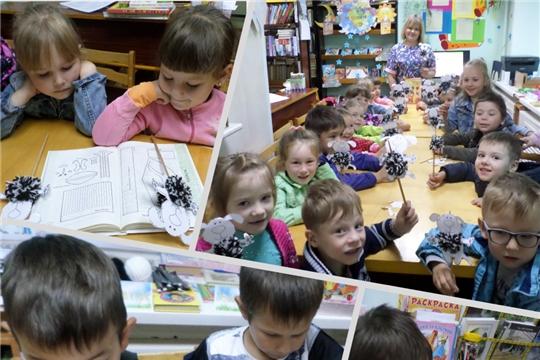 В библиотеке семейного чтения состоялась творческая лаборатория по изготовлению кукольного театра