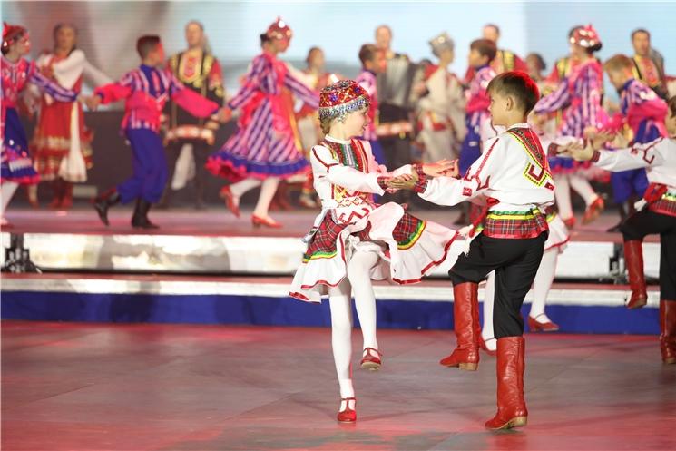 Программа празднования 550-летия города Чебоксары завершилась театрализованным представлением