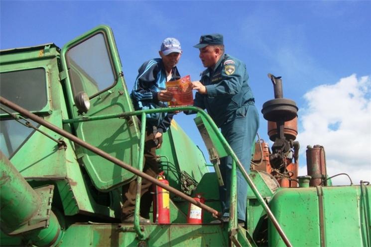 Пожарные и специалисты Гостехнадзора проводят проверки сельхозтехники, задействованной в уборке урожая