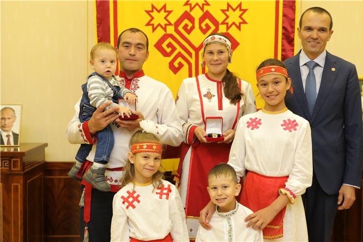 Глава Чувашии Михаил Игнатьев встретился с многодетной семьей Черновых - призером Фестиваля семейных традиций в г. Ульяновске