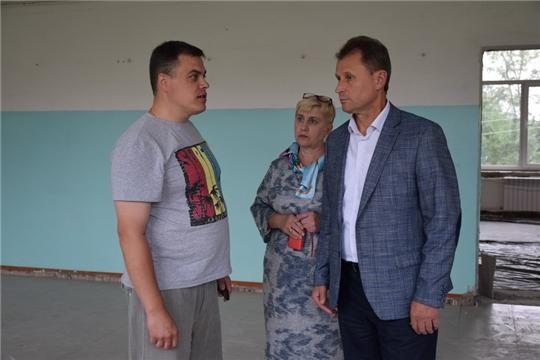 Глава администрации города Шумерля Алексей Григорьев проинспектировал ход ремонтных работ в школе №1 и №2