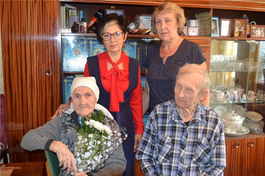 Долгожительница города Шумерля Вера Александровна Ефремова принимала поздравление с 90-летием