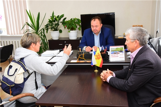 На прием к главе администрации Ибресинского района Сергею Горбунову обратилась жительница п. Ибреси с вопросом о бродячих лисах