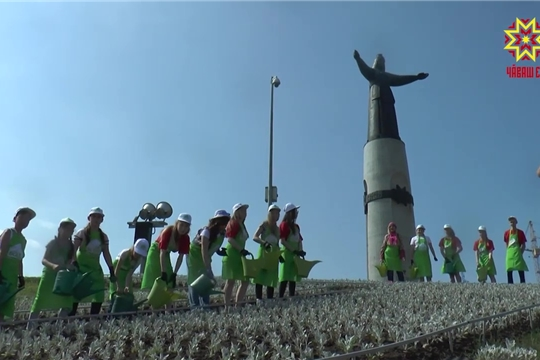 У Монумента матери появилась клумба с логотипом «Первого канала»