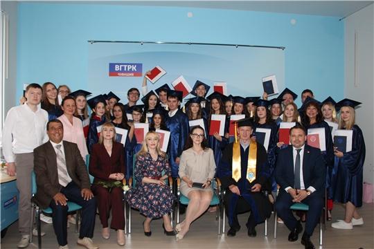 Вручение дипломов выпускникам отделения журналистики