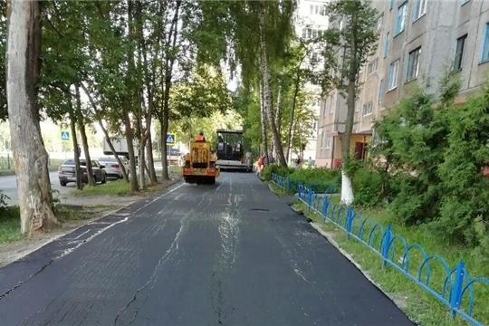 Во дворах Калининского района г. Чебоксары обновляется асфальт