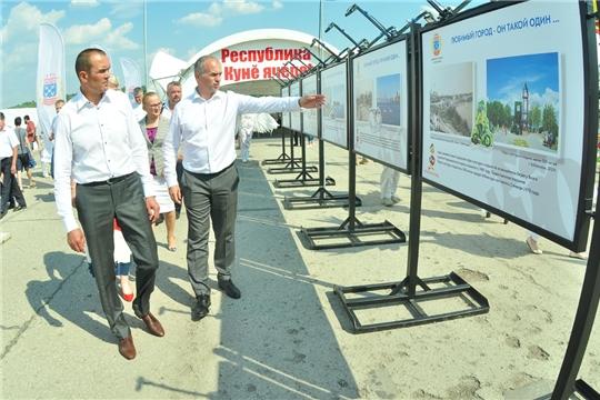 На Красной площади Чебоксар открылась Межрегиональная выставка «Регионы – сотрудничество без границ» и городская лаборатория идей
