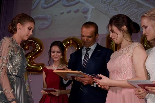 Михаил Игнатьев вручил аттестаты об окончании школы выпускникам Лицея №4 города Чебоксары