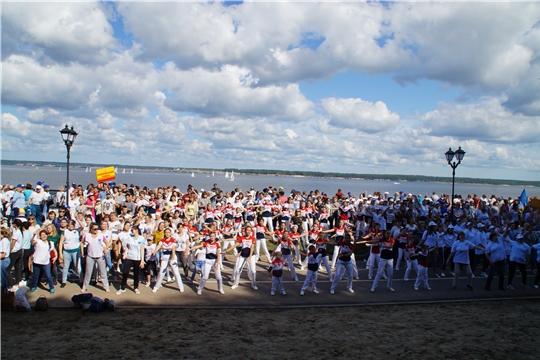 День города чебоксарцы начали с массовой «Зарядки со звездой»