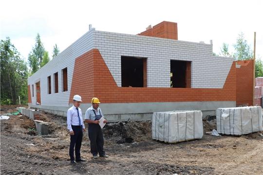 Глава администрации Комсомольского района Александр Осипов ознакомился с ходом строительства сельского клуба