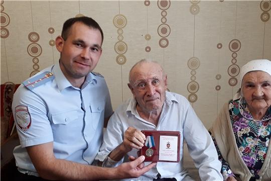 В преддверии дня семьи, любви и верности сотрудники транспортной полиции Чувашии посетили семью ветерана