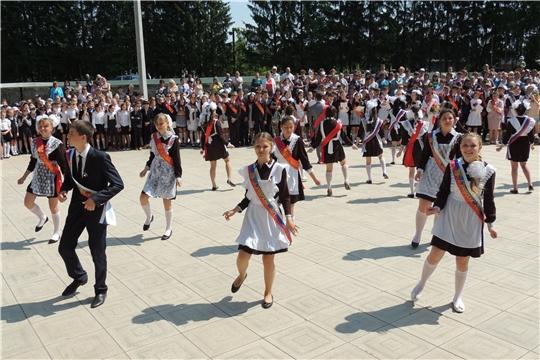 Со школой прощаются 67 одиннадцатиклассников и 148 девятиклассников