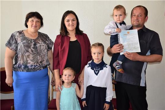 В ожидании новоселья: еще одной молодой семье вручили свидетельство на приобретение жилья