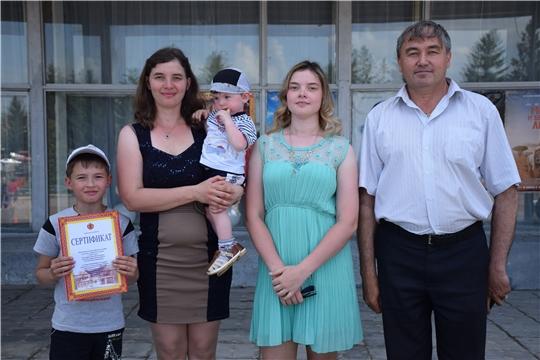 В преддверии празднования Международного дня защиты детей многодетной семье вручен сертификат на земельный участок