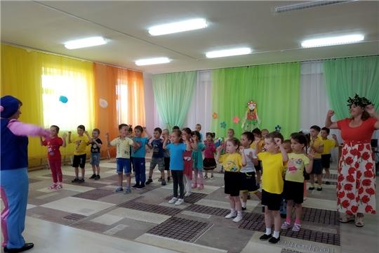 Жизнь детей в детском саду в летний период наполнена праздниками, развлечениями, играми, смехом и весельем