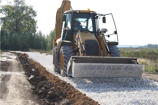 Идут работы по ремонту грунтовой дороги в деревне Торханы
