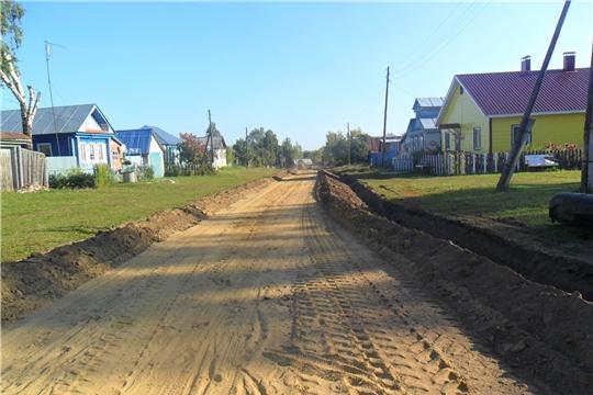 В деревне Старые Атаи идет ремонт грунтовой дороги