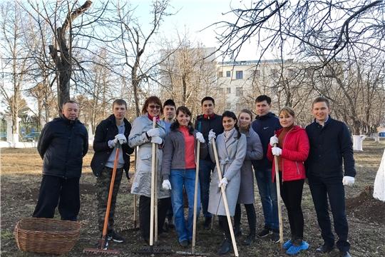 Сотрудники министерства культуры, по делам национальностей и архивного дела Чувашской Республики приняли участие в субботнике