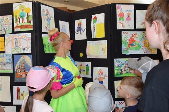 В Экспериментальном театре состоялось открытие выставки детских рисунков «И такое бывает!»