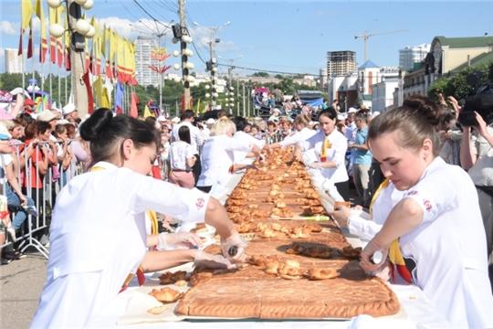 300-килограммовый пирог хуплу стал украшением Всечувашского Акатуя