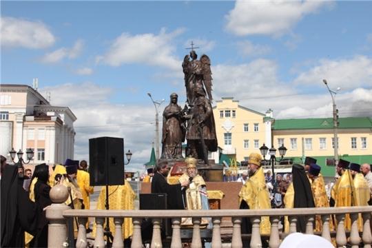 На площади у памятника святым благоверным Петру и Февронии Муромским в г. Чебоксары совершен молебен