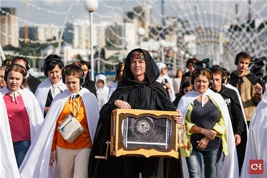 В мантиях и с шарманкой: В Чебоксарах проходят необычные экскурсии