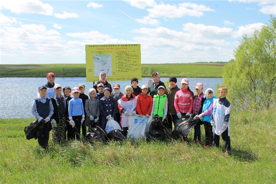 Эковолонтеры очистили от мусора прибрежную зону озера Тени