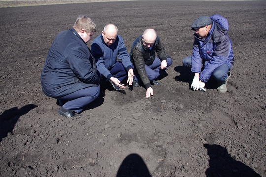 Сергей Артамонов ознакомился с ходом работ на полях Батыревского района.