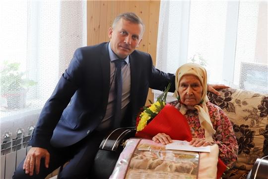 Глава администрации Комсомольского района Александр Осипов поздравил ветерана труда А.М. Герасимову с 90-летием
