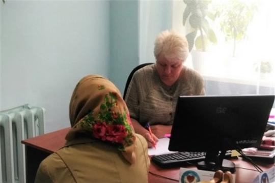 Сотрудники соцучреждений оказывают социально-правовую помощь гражданам