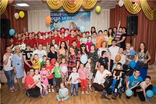 Реабилитационный центр для детей посетила певица Зара